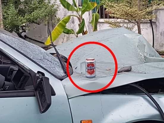 轿车处被发现放置一瓶酒精饮料。