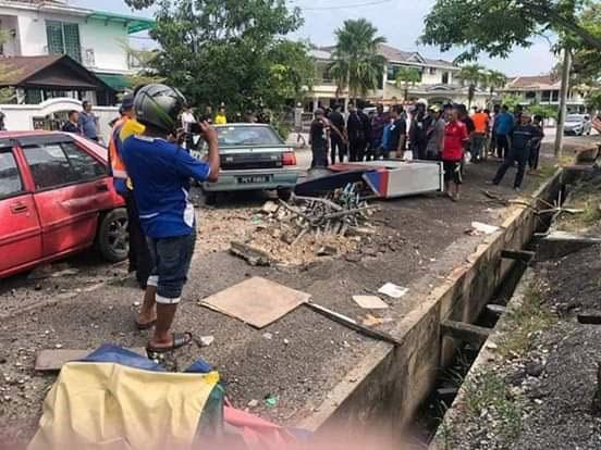 意外发生后,引起路人围观。