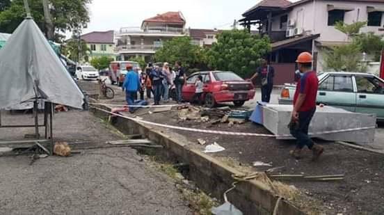 车祸现场一片凌乱,警方封锁现场调查。