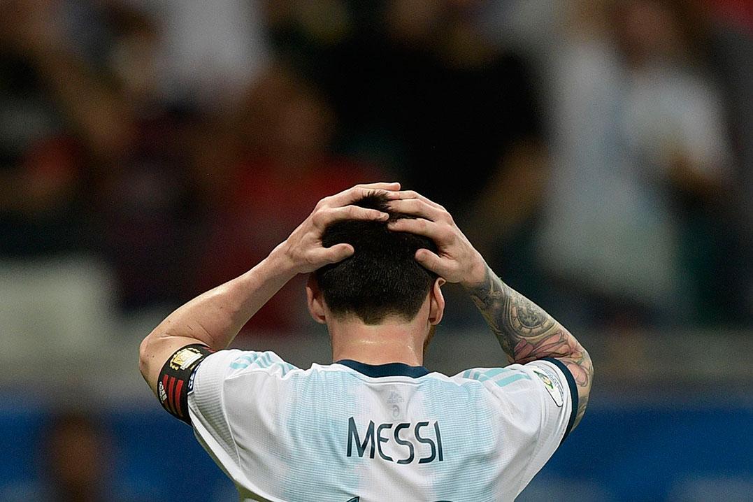 足球是11人比赛,梅西单天难保至尊。(法新社)