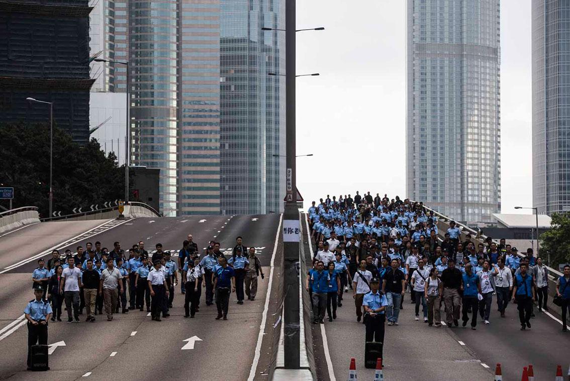 港警出动,准备驱离彻夜抗争的民众,现正与民众对待中。