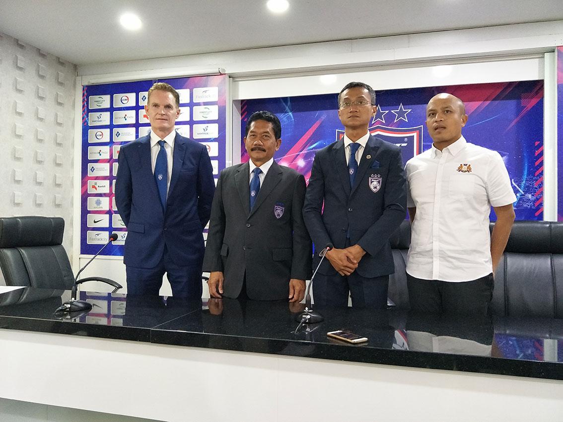阿利斯塔爱德华(左起)、依斯迈卡林、莫哈末阿尼占和莫哈末沙林出席新闻发布会,公布慈善足球赛的票价。