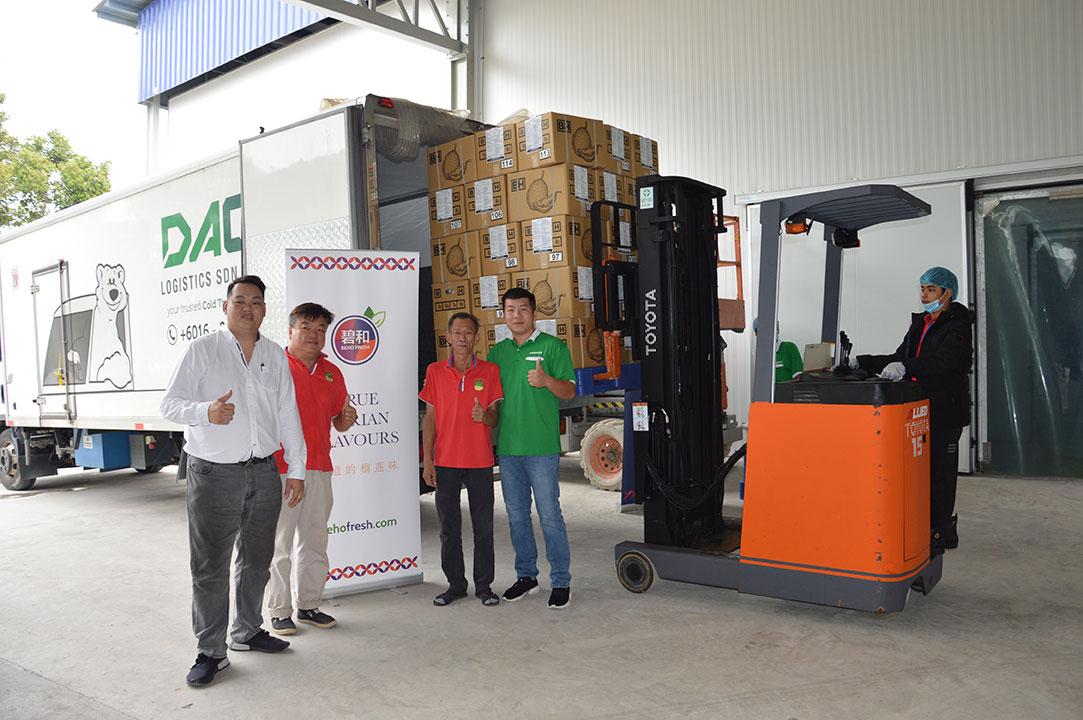左起何志轩、赖伟庭、罗鸿发及赖万升,对首批4公吨的冷冻带壳猫山王榴梿出口中国赞好!