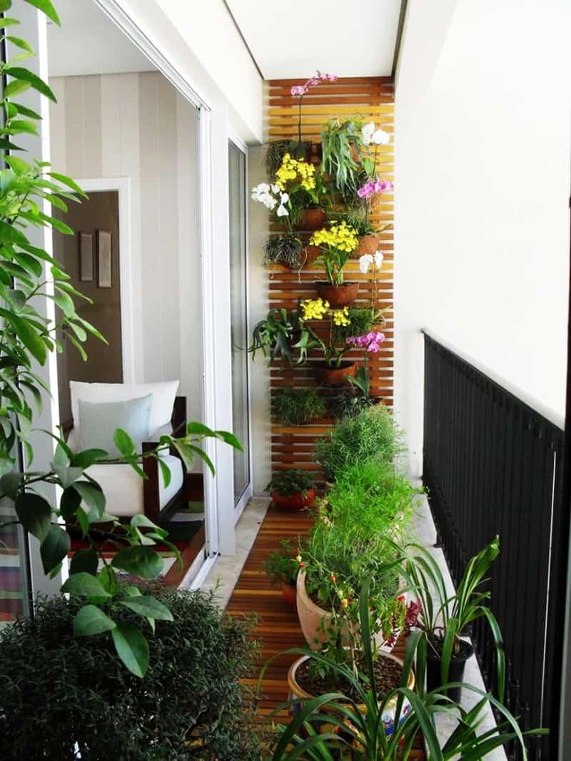 喜欢植物的你如果嫌盆栽不够看,可以考虑利用在阳台弄个整面植栽墙,相对于单盆植物更有整体性,也不会占据阳台地面空间。
