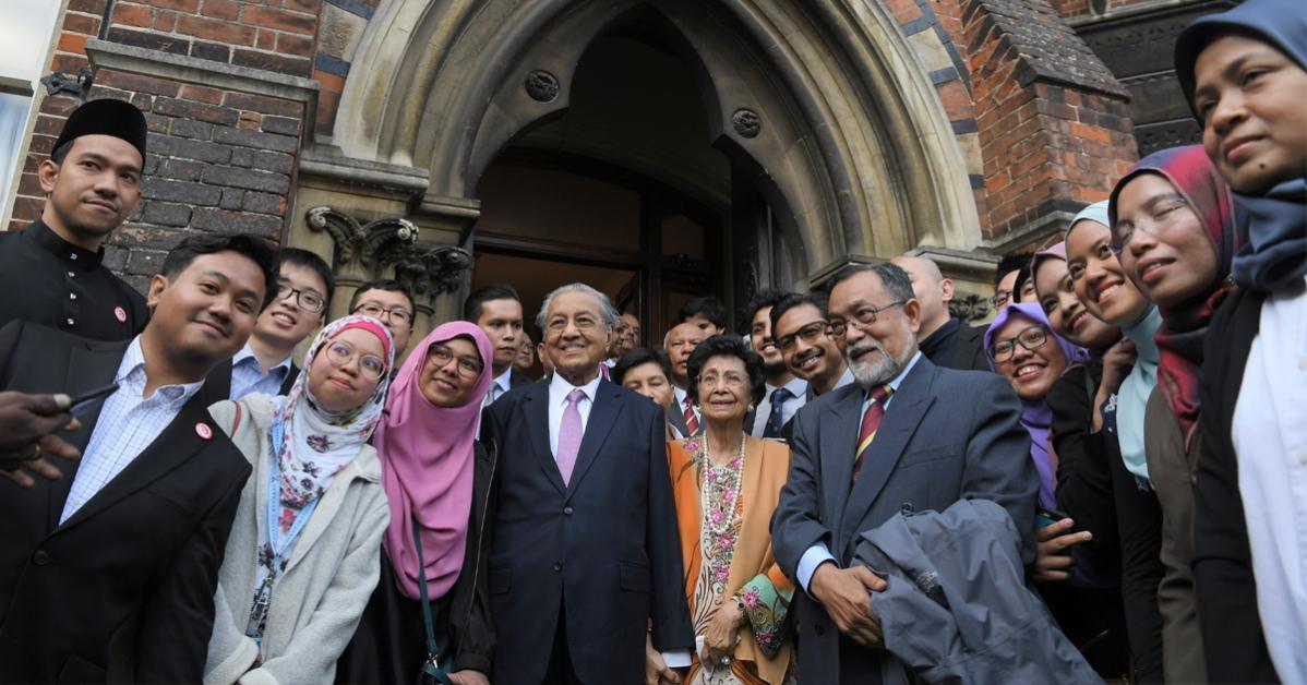 马哈迪(左4起)及夫人西蒂哈丝玛在完成演说后,与出席者拍下合照。