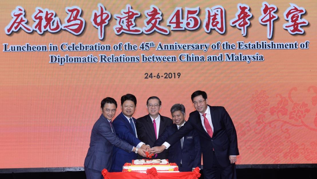 戴良业、白天、林冠英、拉惹努斯旺和张敏一起切蛋糕,庆祝马中建交45周年。