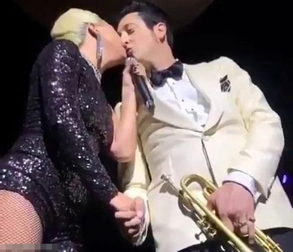 女神卡卡在演唱会上与喇叭乐手Brian Newman亲吻。