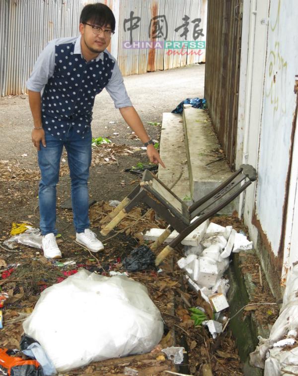 梁恩来指着店屋后巷堆积垃圾,一些更掉入沟渠内阻碍排水,形成蚊虫滋生温床。