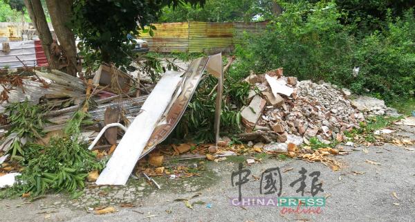 大量建筑废料丢弃在店屋后巷的空地。