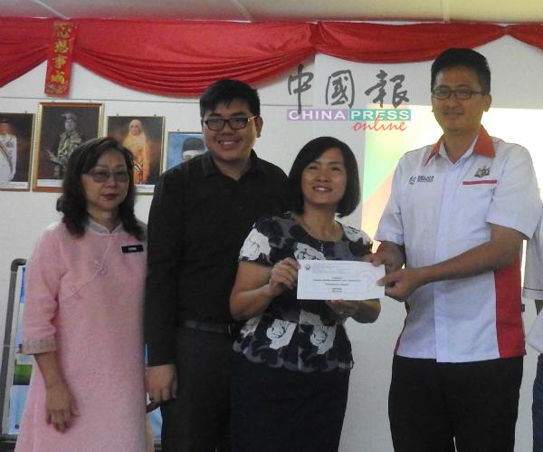 谢守钦(右起)颁发教职员美化校园比赛冠军奖,给黄睿娣与黄建荣,左为张玉翠。