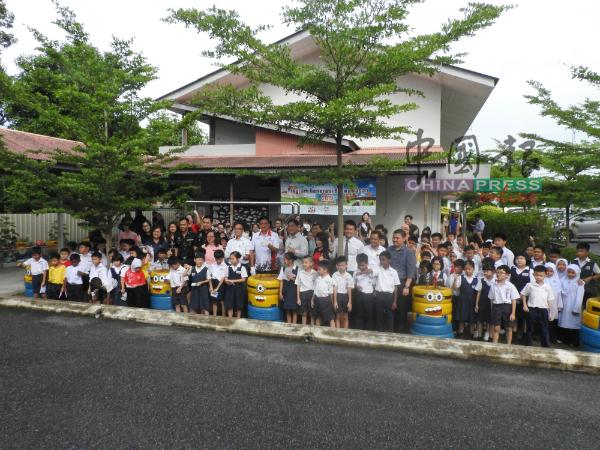 学生兴高采烈与嘉宾,参与绿化校园仪式。
