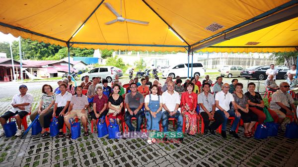 森华兴社为了让双亲节有意义,举办了扶贫济老活动,前排右6起为陈丽群及拿督黄志雄。