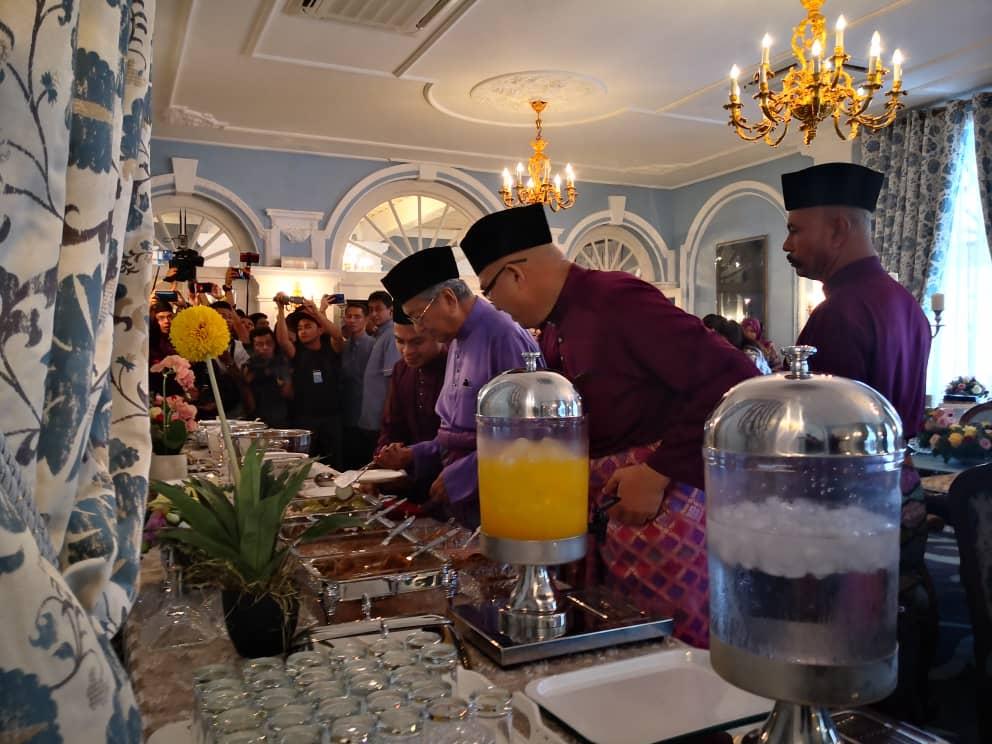 马哈迪(右3)出席吉大臣开斋节活动,享用午餐。