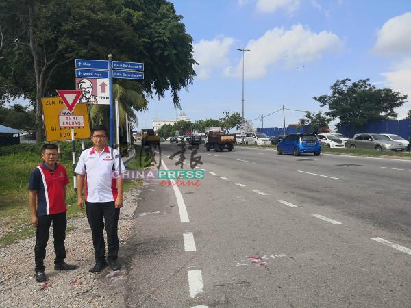路旁的车速限制告示牌被遮挡,右起为谢守钦和洪清顺。
