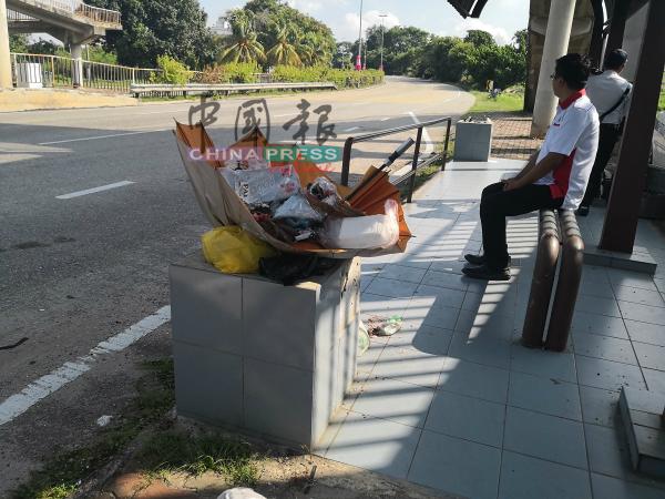 候车亭的花盆沦为垃圾桶,而且还飘臭,令候车的民众受不了。