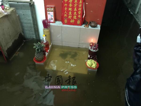 甘榜拉班水位近一尺,居民将供奉神明的供品迁至高处,避免受殃。