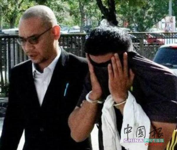 警员涉嫌索贿4000令吉,被森州反贪污委员会官员带上芙蓉法庭申请延长扣留令。