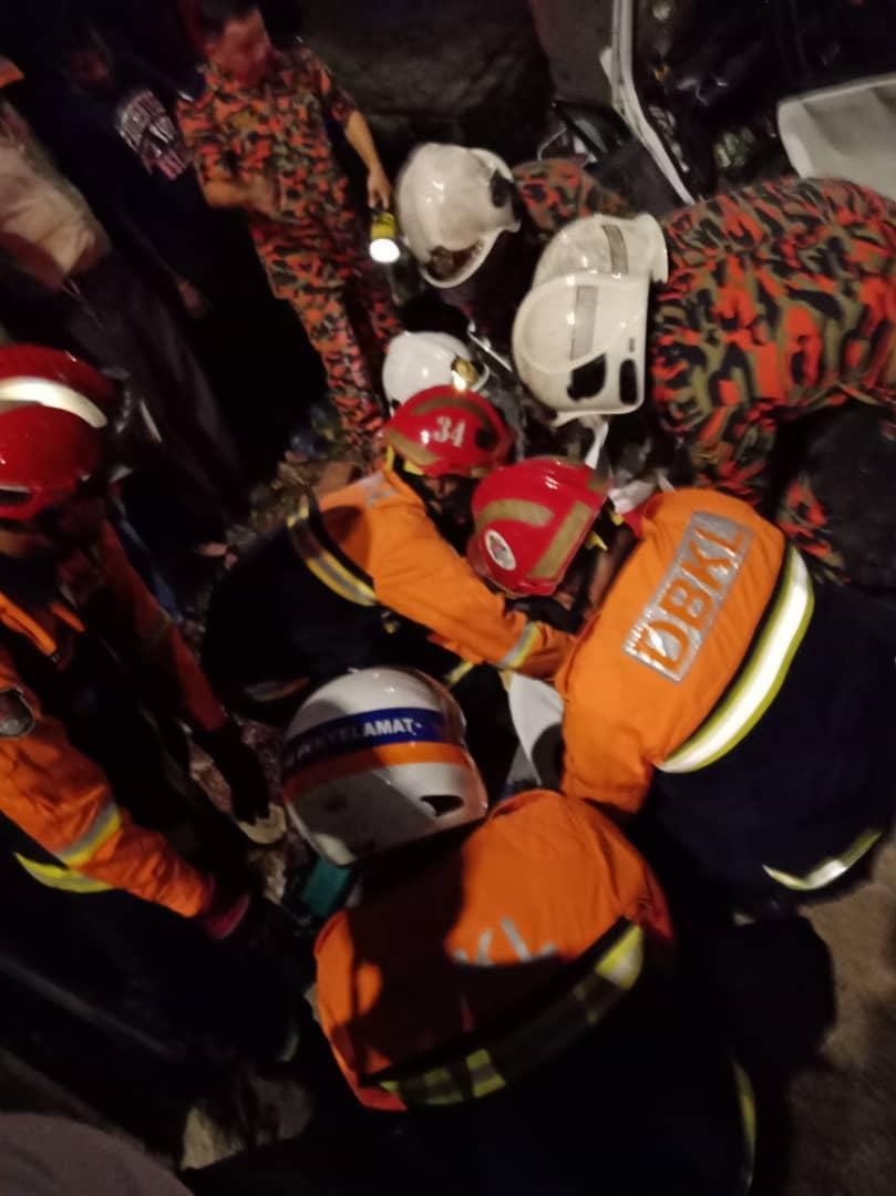 救援人员将受困在车内的死伤者移出。