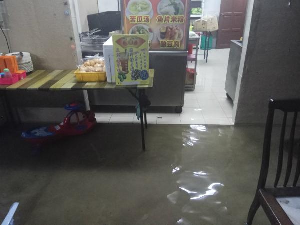 翁财龙的饮食店浸水。