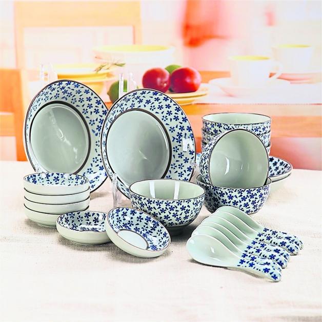 蓝心语 釉下彩碗筷套装 瓷质细腻,碗型圆润饱满再和精细纹面两相辉映,让这套碗筷精致优雅。朴素复古的纹面,让整套餐具散发浓浓中国古典气息,相信在餐桌上定能让你愈发典雅。