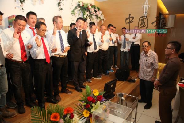 诺依占(右起)及颜文龙担任新届理事就职礼监誓人。