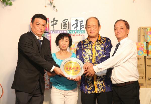 宋耀升(左)及林成来(右)赠送感谢盾给何再添伉俪。