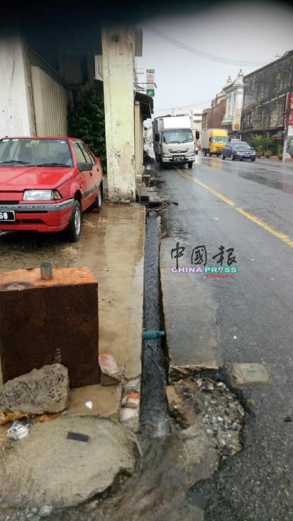 东街纳路的沟渠太小,每当下雨,沟水就溢出。