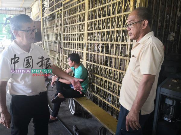 陈劲源(左)向黄金龙了解情况。