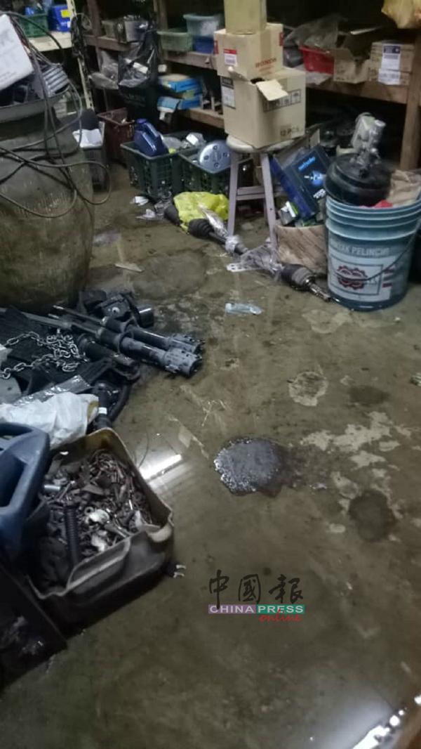 轮胎店内的零件被水浸湿,造成损失。