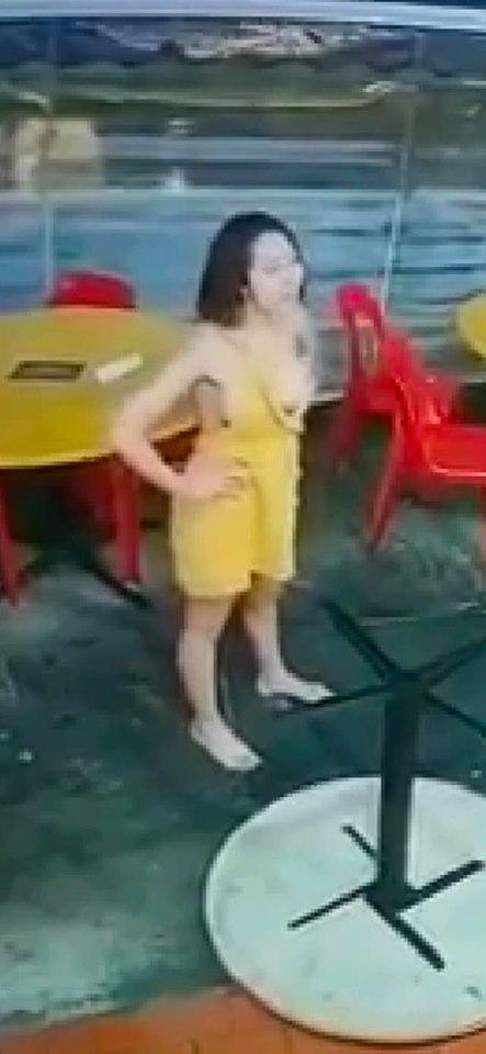 黄衣女在骂架期间,不顾自己没穿内衣,椰子木瓜大派送。