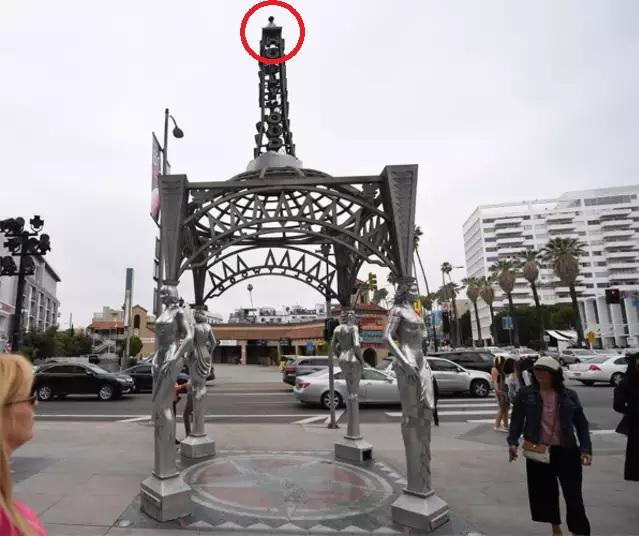 凉亭尖顶的玛丽莲梦露雕像(小图)被人偷走(红圈示)。