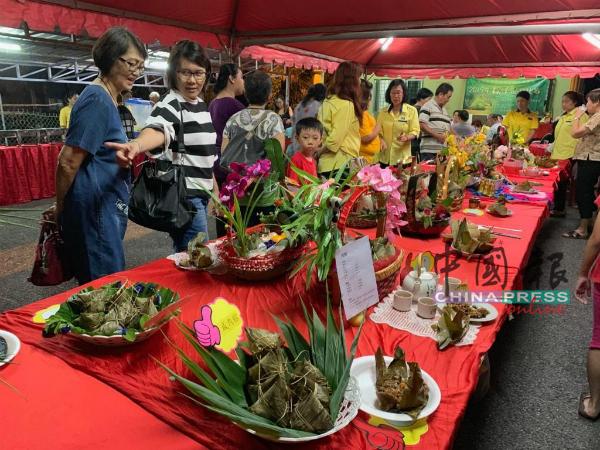 马华冬牙巴株区会妇女组主办粽子品尝比赛,共有18组参赛者参加咸粽和娘惹粽项目。