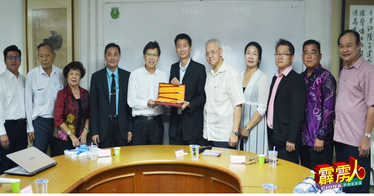 鲁世巍(左5起)赠送纪念品给颜登逸。