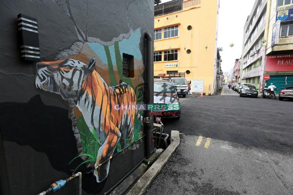 转角有老虎!位于大专药剂店后的壁画,是一只老虎破墙而出