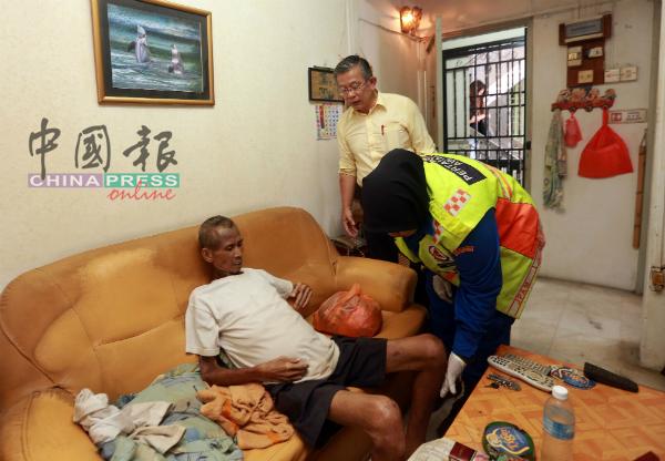 在周世扬(黄衣者)的协助下,民防部队救护员成功寻获求救者(坐者)的单位。