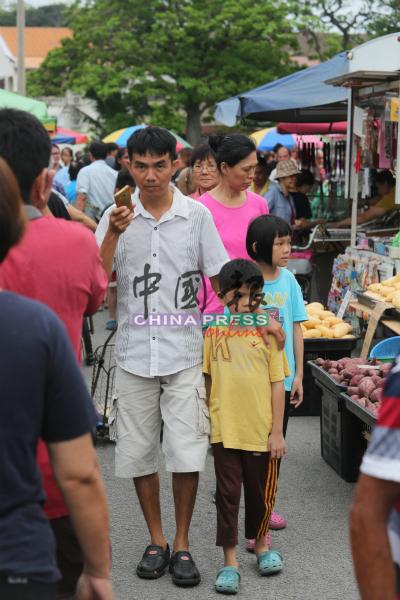 不少家庭趁傍晚时分,家人及孩子到夜市购买晚餐,也能趁此机会拉近与孩子的距离。