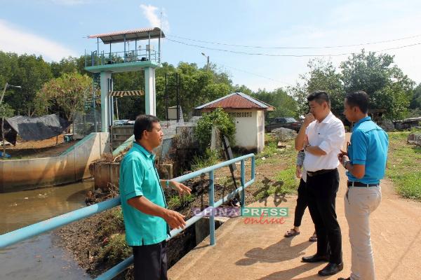 朱建华(右2)聆听森州水利灌溉局官员汇报提升工程的详情。