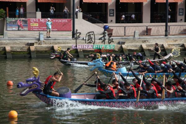 龙舟队伍展开激烈角逐,吸引民众围观,为选手加油打气。