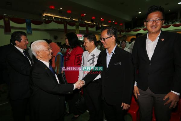 史进福(左起)与林源瑞欢迎到场的嘉宾,右起为谢守钦、刘志良及魏世德。