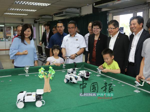 甲首长出席培中106周年校庆活动,参观资讯中心展览区,与小朋友一起玩遥控机器。