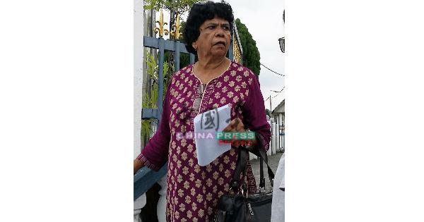72岁的印裔妇女伊丽莎白被匪徒抢走手提袋,不过最终掠夺匪被见义勇为的客货车司机撞倒,手提袋也失而复得。