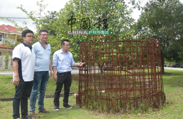 李春源(左起)、刘进鸿及蔡求伟看着铁枝已生锈、弃置在路旁许久的建材。