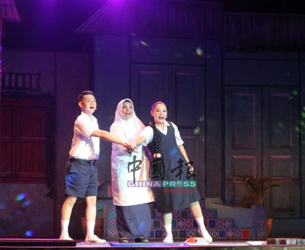 通过音乐剧,也让观众认识马六甲的本土文化与生活,如早期的代步工具三轮车。
