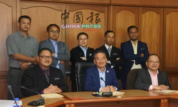 出席记者会的马六甲精明城市资讯理事会员,前左起为理事莫哈末苏克力、邱培栋及副主席林培川。