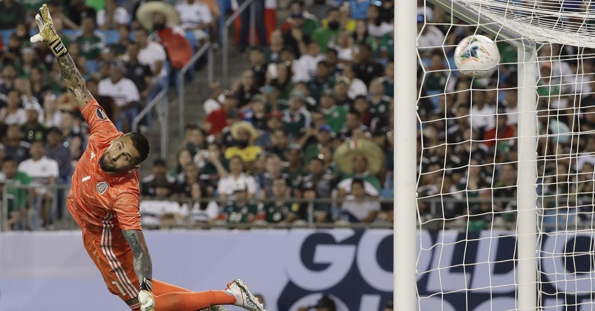 墨西哥门将奥罗兹科失守,但墨西哥最终仍是胜利者。(美联社)