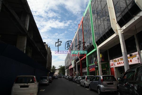 雅佳美浪马六甲广场路灯照明不足,陈劲源将向市政厅反映以增设路灯。
