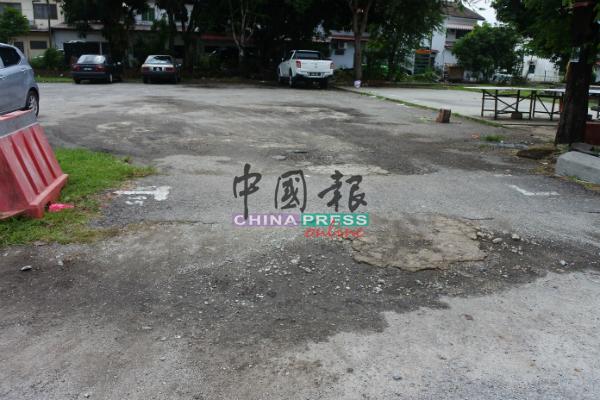 新马六甲花园早市出入口有多个大窟窿,不但影响车辆出入,下雨时积水,也让民众难以出入。