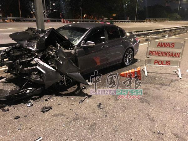 统领轿车的车头严重损毁。