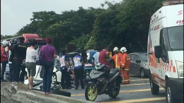 印裔女司机失控撞向反方向车道的车辆,酿发4车连环撞,导致1名华裔男子当场毙命。