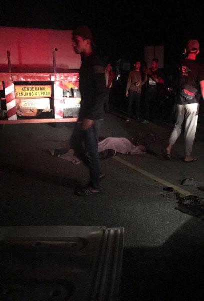 拯救人员以白布将死者遗体盖上。